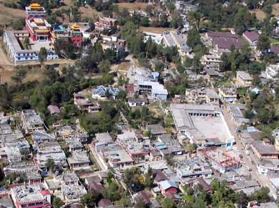 Tibeter Siedlung in Bir; links oben eines der vier Klöster, rechts unten die Kreuzung mit Schule, Emaho-Cafe, Taxistand und Baustelle