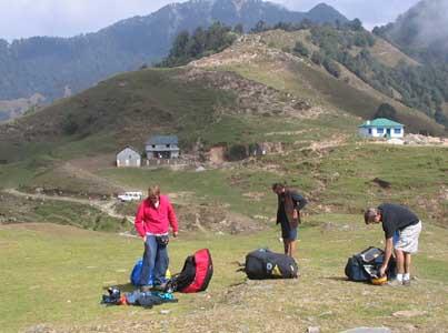 Vor dem ersten Start beeilen sich Räto (CH), Zavo (IT) und Eric (US) als die Basis zunächst weiter sinkt. Das mittlere Gebäude im Hintergrund ist das Teehaus