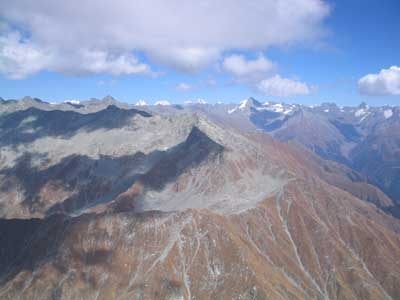 Der Gipfel im Wolkenschatten ist etwa 4500 m hoch