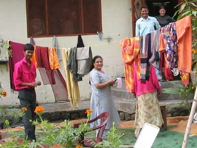 Der ehrliche Finder Ashish ist links im Bild, in der Mitte die Braut der bevorstehenden Hochzeit