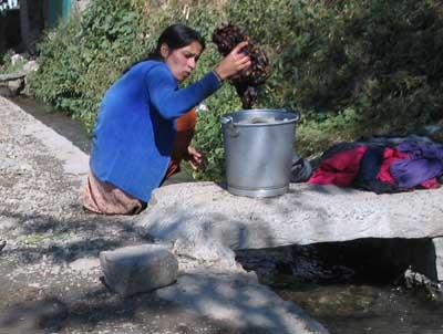Hausfrau im alten Bir